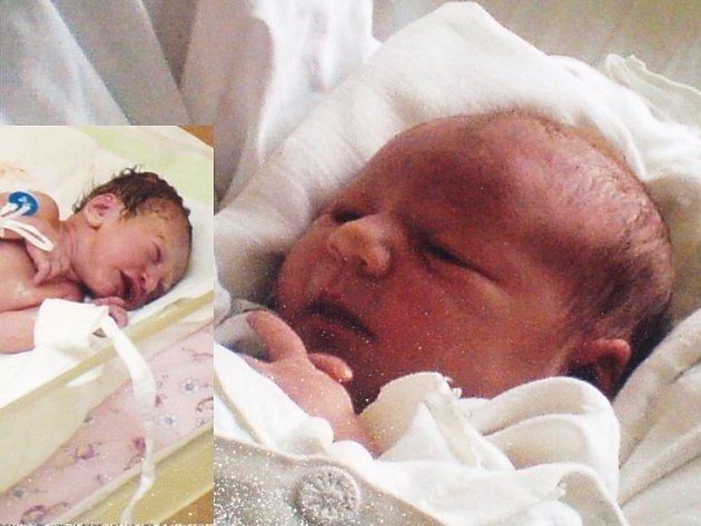 Novorozenci, které zaměnil personál třebíčské nemocnice. Vlevo je biologická dcera Čermákových z Přibyslavic na Třebíčsku - Veronika, vpravo pak biologická dcera partnerů z Jabloňova na Žďársku - Nikola.