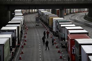 Kamiony odstavené na britské dálnici