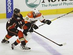 Jakub Voráček vstřelil v sobotním utkání NHL své první dva góly v sezoně, na další přihrál a přispěl tak k vítězství Philadelphie nad Carolinou 6:3.