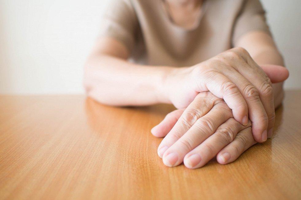 Parkinsonova choroba způsobuje odumírání mozkových buněk, které produkují dopamin. Člověk tak postupně ztrácí kontrolu nad svými pohyby.