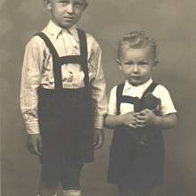 Jiří a Pavel Wonkovi v dětství. Vyrůstali pouze s maminkou Gertrudou, tatínek zemřel krátce po narození Pavla. Oba chlapci k sobě kvůli ztrátě otce hodně přirostli.