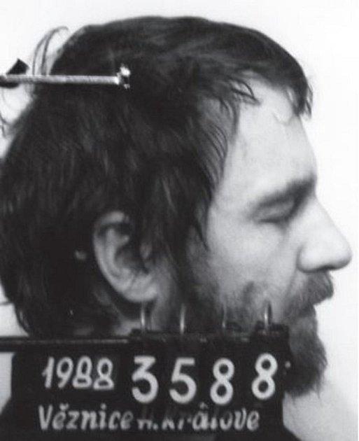 Vězeňská fotografie Pavla Wonky zroku 1988.Vtémže roce Pavel zemřel na následky týrání ve věznici.