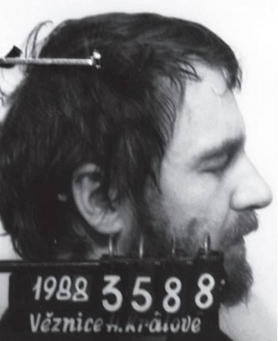 Vězeňská fotografie Pavla Wonky z roku 1988. V témže roce Pavel zemřel na následky týrání ve věznici.