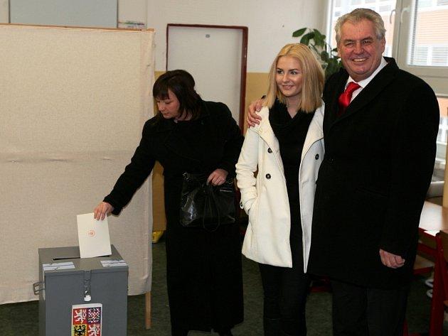 Druhého kola prezidentských voleb se v pátek 25. ledna 2013 odpoledne zúčastnil vítěz prvního kola Miloš Zeman (SPOZ). Do základní školy Brdičkova v Praze 13 ho doprovodila manželka Ivana a dcera Kateřina.