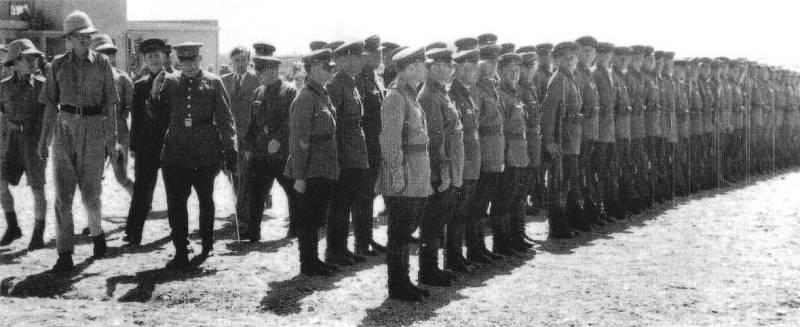 Britští a sovětští důstojníci dohlížejí na nástup vojáků ke společné sovětsko-britské vojenské přehlídce v Teheránu. Írán, září 1941