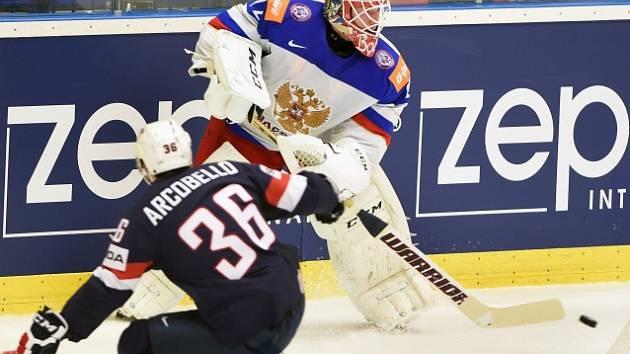 Rusko - USA: Brankář Sergej Bobrovskij a Mark Arcobello.