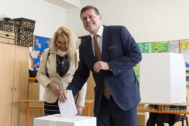 Maroš Šefčovič s manželkou ve volební místnosti