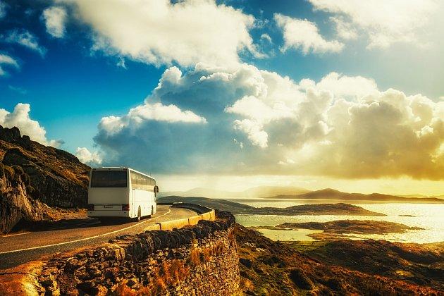 Zájezdový autobus u mořského pobřeží