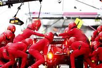 Mechanici stáje Ferrari u vozu Charlese Leclerca během testů na okruhu Montmelo v Barceloně na snímku z 28. února 2020.