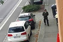 Na snímku z videa pachatel středečního útoku na synagogu ve východoněmeckém Halle