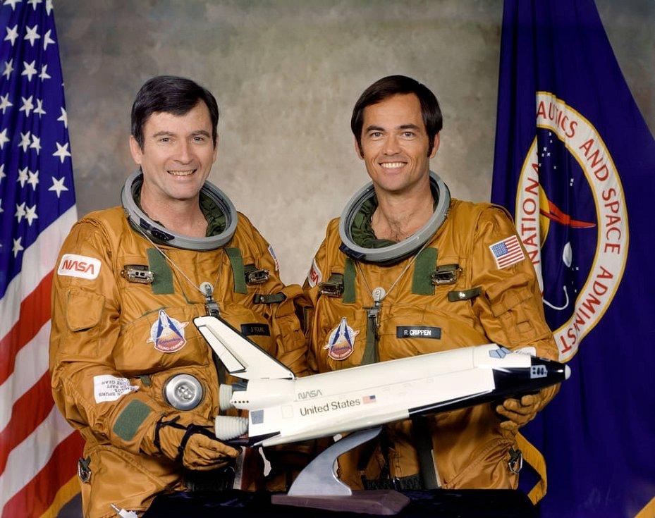 Posádka prvního letu raketoplánu Columbia v roce 1981. Vlevo velitel John W. Young, vpravo pilot Robert L. Crippen