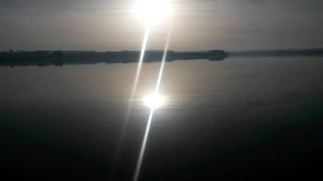 Slunečné počasí, zimní slunce, vodní hladina, voda, jezero, rybník, příroda - ilustrační foto