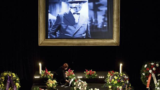 Herečtí kolegové, rodina i diváci se v pražském Divadle ABC rozloučili s hercem a moderátorem Vladimírem Čechem, který zemřel po těžké nemoci ve věku 61 let.