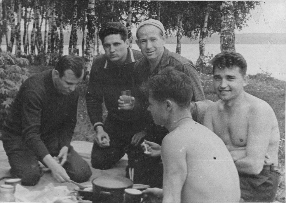 První sovětští kosmonauti - kromě Gagarina Alexej Leonov, Boris Volynov a Viktor Gorbatko - na společném pikniku v Dolgoprudném