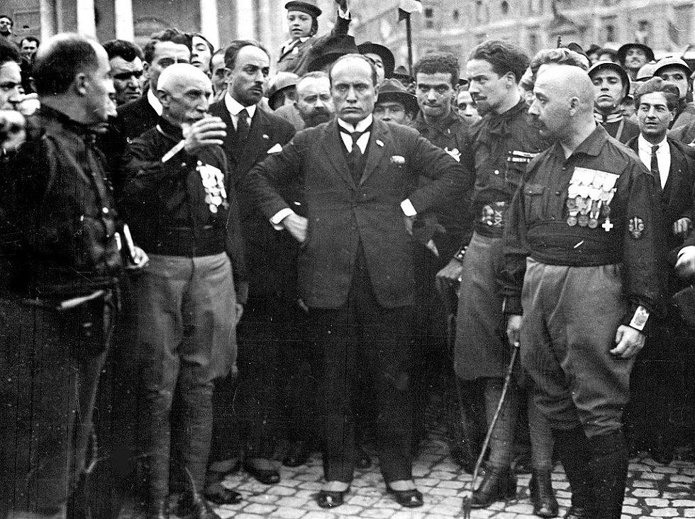 Mussolini a jeho černé košile během pochodu na Řím v říjnu 1922