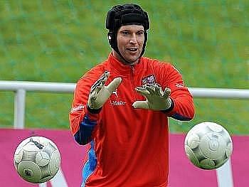Gólman české reprezentace a londýnské Chelsea Petr Čech je vítězem podzimní části ankety Zlatý míč ČR.