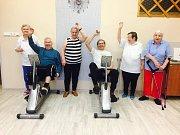 Seniorky a senioři se účastní akce Jedeme v tom společně v roce 2017