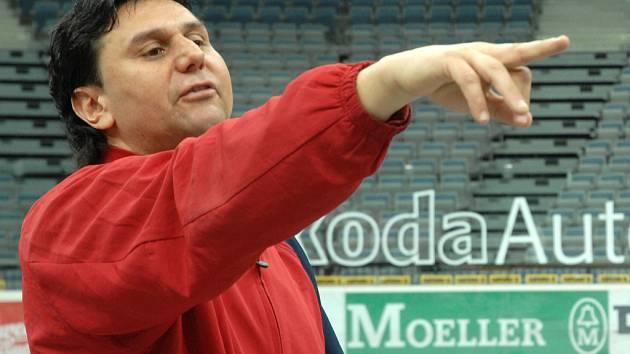 Vladimír Růžička organizuje hokejisty Slavie před společným fotografováním.