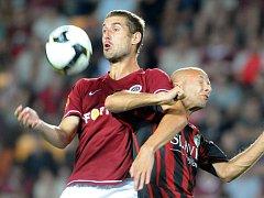 Sparta v derby zdolala Žižkov 2:0. Sparťan Libor Došek v souboji s žižkovským Marcelem Šťastným.