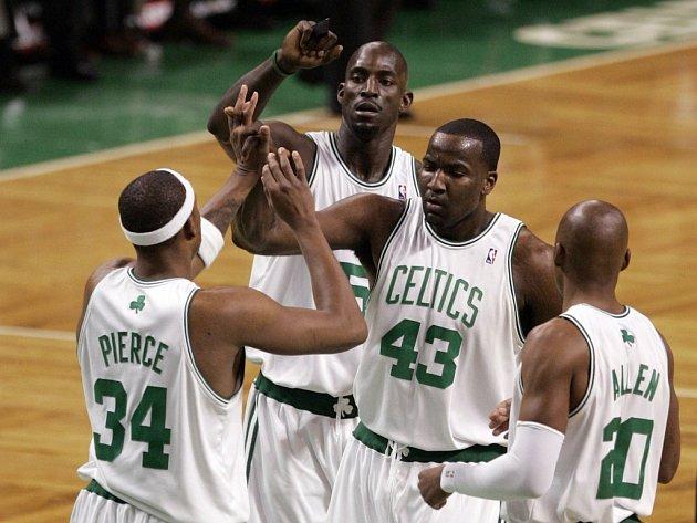 Hvězdný Paul Pierce (vlevo) přijímá pochvaly od svých spoluhráčů Bostonu.