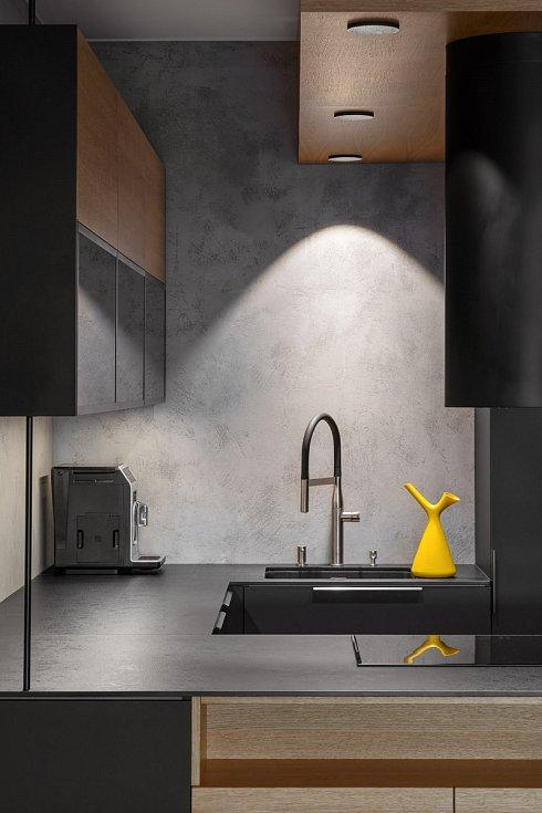 Beton harmonizuje. Tlumené odstíny antracitově šedé a černé, které uklidní mysl, doplnili architekti Jana a Miroslav Stachovi akcentem hořčičně žluté.