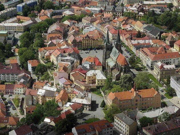 Letecký pohled na centrum Chrudimi.
