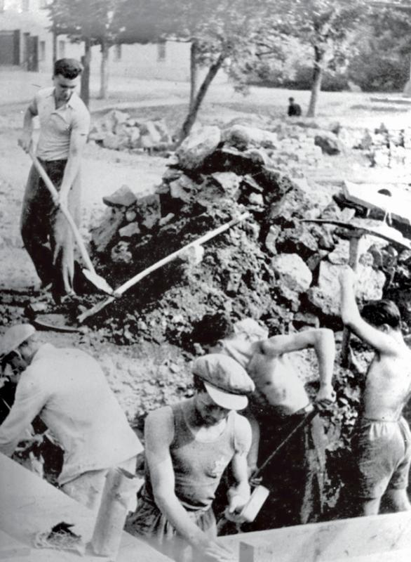 Židé přidělení na nucené práce v Protektorátu Čechy a Morava kopou základy tábora