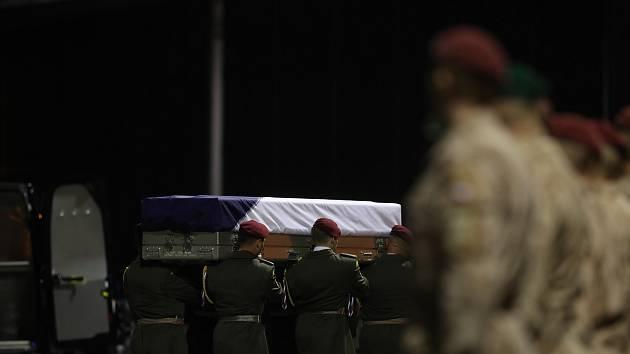 Rozloučení na kbelském letišti s padlým vojákem Tomášem Procházkou.