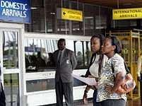 Příbuzní pasažérů ze zříceného letadla očekávají na letišti v Nairobi první zprávy o katastrofě.