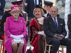 Ačkoliv dnes oslaví devadesáté narozeniny, nic nenasvědčuje tomu, že by se britská královna Alžběta II. chystala zvolnit tempo. Jen během loňského roku podnikla 306 cest po Velké Británii a 35 do zahraničí.