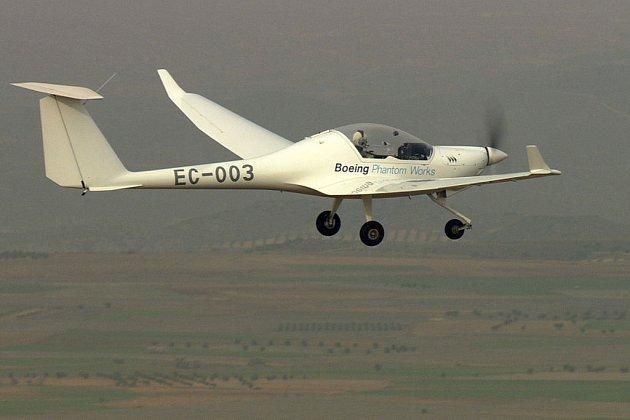 Prototyp dvoumístného letounu poháněného bateriemi a palivovými články se zatím udrží ve zduchu jen 45 minut.