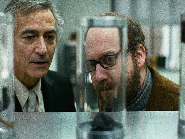 TAK MALÁ? Paul Giamatti je při pohledu na svou duši upřímně rozladěn. Na snímku s Davidem Strathairnem v roli šéfa laboratoře odnímající a půjčující lidské duše