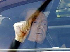 Silvio Berlusconi přijíždí k soudu.