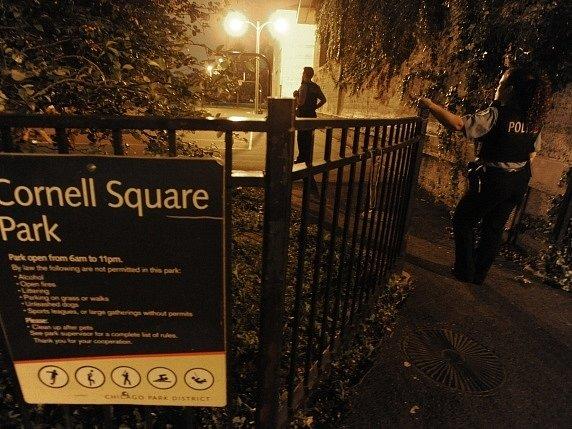 Policejní detektivové prohledávají park v jižním Chicagu po přestřelce, při které bylo zraněno 12 lidí.