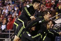 Fotbalisté Mexika se radují z gólu proti USA.