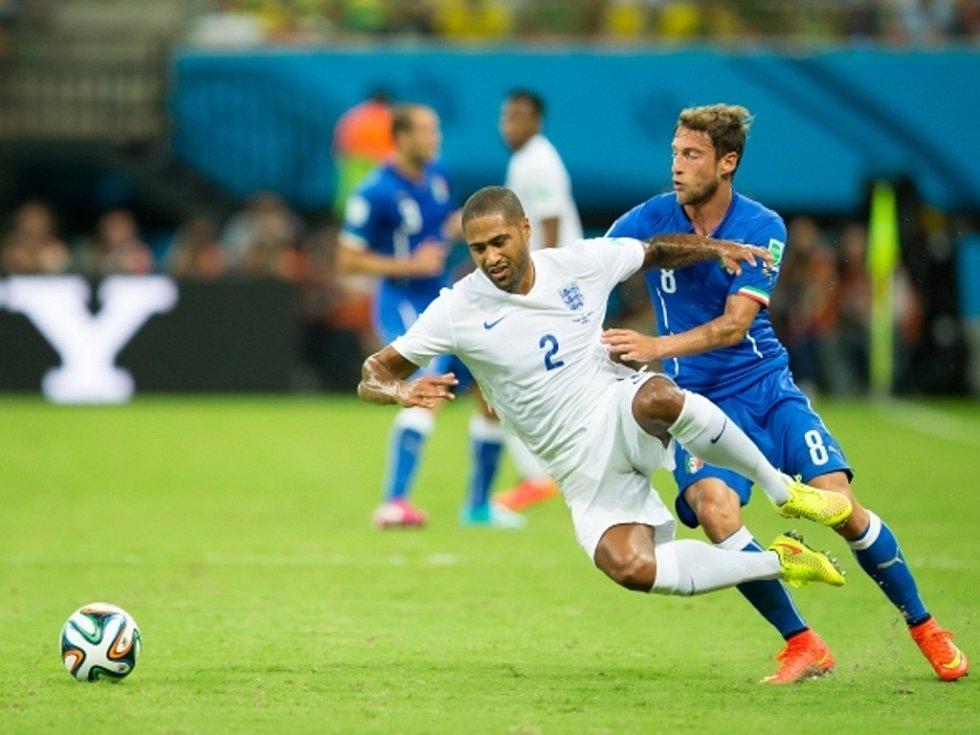Claudio Marchisio z Itálie (vpravo) a Glen Johnson z Anglie.