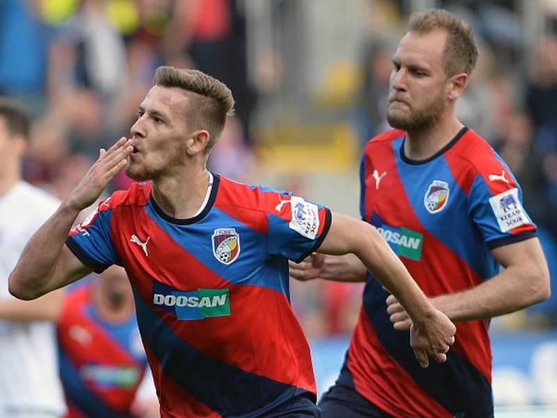 Fotbalisté Plzně Patrik Hrošovský (vlevo) a Daniel Kolář se radují z gólu proti Baníku.