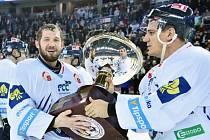 Hokejisté Liberce Ján Lašák (vlevo) a Branko Radivojevič s Prezidentským pohárem pro vítěze základní části extraligy.