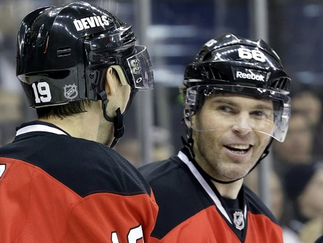 Hokejový útočník New Jersey Jaromír Jágr (vpravo) v NHL opět lámal rekordy.