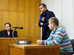 Soud v Uherském Hradišti začal projednávat tragédii z listopadu 2012, kdy při rallye v Lopeníku na Slovácku zahynuly čtyři dívky. Před soudem se z usmrcení z nedbalosti a těžké újmy na zdraví z nedbalosti zpovídá traťový komisař Petr Plášek.