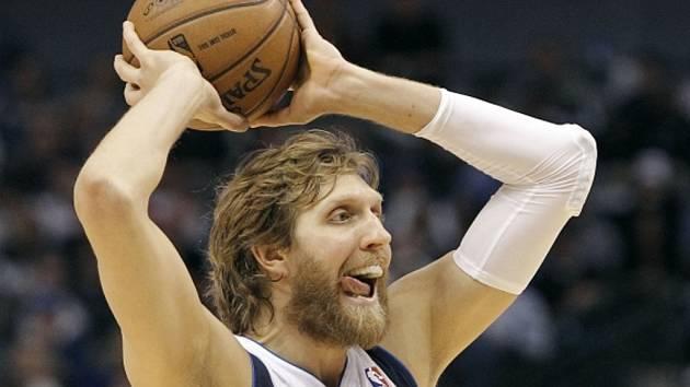 Opora Dallasu Dirk Nowitzki zakládá útok proti LA Clippers.