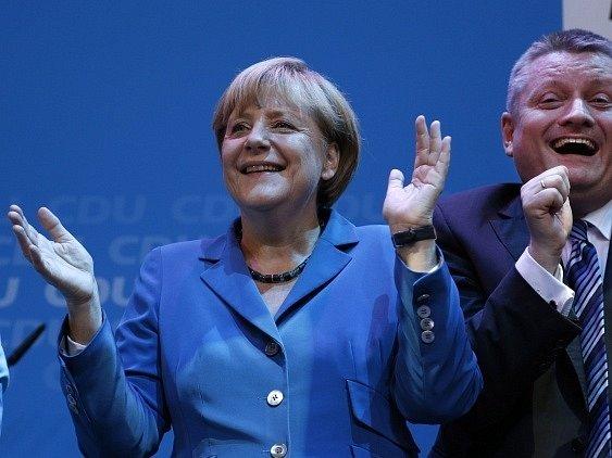 Angela Merkelová se raduje z výsledků voleb do spolkového sněmu roce 2013.