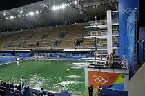 Organizátoři olympijských her si neví rady se zelenou vodou v bazénech.
