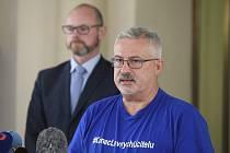 Předseda školských odborů František Dobšík hovoří s novináři po setkání s ministrem školství Robertem Plagou (vlevo)