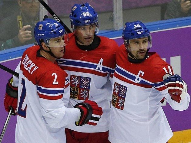 Čeští hokejisté (zleva) Marek Židlický, Jaromír Jágr a Tomáš Plekanec se radují z gólu proti Švédsku na olympijských hrách v Soči.