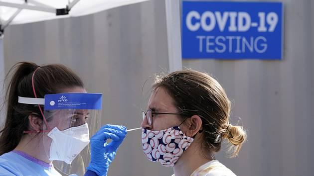 Odběrové místo pro testy na nemoc covid-19 v prostorách školy v americkém Seattlu