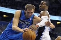 Basketbalista Dallasu Dirk Nowitzki (vlevo).