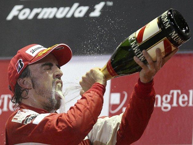 Fernando Alonso si užívá vítězné pocity po triumfu v Singapuru.