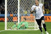 Bastian Schweinsteiger z Německa se raduje z gólu proti Ukrajině.