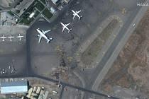 Davy civilistů na letištní ploše mezinárodního letiště v aghánské metropoli Kábulu na satelitním snímku z 16. srpna 2021